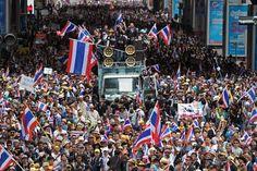 Non si placano le turbolenze politiche e sociali in Thailandia. Sebbene ridotti in numero, i gruppi anti-governativi che guidano le proteste di massa nelle strade di Bangkok non sembrano desistere, mentre il loro leader Suthep Thaugsuban minaccia nuove invasioni della capitale se le richieste del suo Pdrc, o Comitato democratico del popolo per le riforme, non saranno esaudite. Intanto è stata tagliata la corrente elettrica agli uffici del primo ministro Yingluck Shinawatra, che da tempo non…