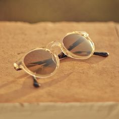 Oliver Peoples' 'Gregory Peck' sunglasses are inspired by the spectacles worn by the Hollywood icon in To Kill A Mockingbird. Handcrafted from clear acetate, this round-frame pair is fitted with mirrored gold lenses that are 100% UV protective. Wear them on sunny days at home or abroad.