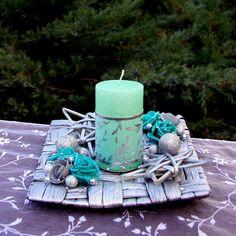 Vánoční+svícen+mentolový+Vánoční+svícens+mentolovou+ojíněnousvíčkou,+dozdobenou+proutěnými+hvězdami,+mentolovými+růžemi+a+stříbrnými+minirůžičkami+akouličkami+a+nametalické+podložce+z+banánových+listů.+Rozzáří+každý+interiér.+Rozměry+svícnu:+cca+š.+20+cmx+d.+20+cm+v.+12+cm+Svíčka+o+průměru+6+cm+x+v+10+cm+Nenechávejte+hořet+bez+dozoru!!! D 20, Pillar Candles, Candles