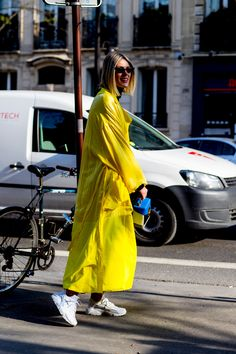 Spotted: Die 5 heißesten Streetstyle-Trends der Pariser Fashion Week What we will wear in the summer of Bright colors! We show you the coolest streetstyle looks from Paris credit: imaxtree Street Style Outfits, Street Style 2018, Street Style Edgy, Street Style Summer, Autumn Street Style, Cool Street Fashion, Street Style Looks, Street Style Women, Paris Fashion