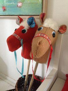 Stokpaardjes gemaakt van oude dekens (van oma W) voor de jongens met Sinterklaas...