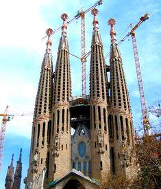 Eigentlich+finde+ich+es+selbst+unglaublich,+dass+ich+nach+sechzehn+Jahren+in+Barcelona+noch+immer+nicht+in+der+Sagrada+Familia+war.+Hundert+Mal+bin+ich+daran+vorbei+gegangen,+aber+noch+nie+war+ich+in+dieser+berühmtesten+Sehenswürdigkeit+Barcelonas.+Aber+heute+ist+es+so+weit.+Ich+will+mir+selbst+ein+Bild+machen+von+
