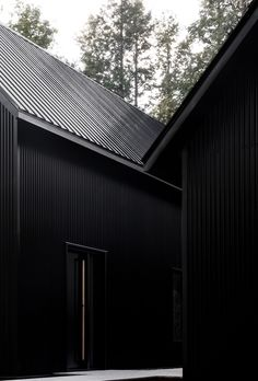 two steel black cabins form striking quebec chalet by appareil architecture Black Room Decor, Black Rooms, Bedroom Black, Chalet Quebec, Black Architecture, Black House Exterior, Black Interior Design, Pole Barn Homes, Minimal Home