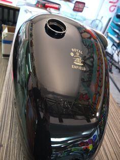 Réservoir moto noire vernis