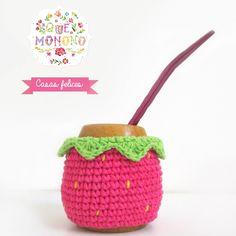 Mate Frutilla                                                                                                                                                      Más Crochet Flats, Crochet Cozy, Crochet Art, Crochet Bikini, Diy Cape, Crochet Jar Covers, Coffee Cozy Pattern, Knitting Patterns, Crochet Patterns