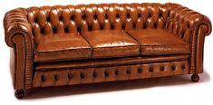 Sofa Clasico Chester Cuero Capitone   Material: Piel legitima   Pieza inglesa. Respaldo tapizado con capitone tradicional hasta la contra, plegado a mano, y acabados de alta tapiceria en el frontal. Acabados con vivos perimetrales. Estructura interna de madera maciza. Muelles biconicos en el respaldo, y bastidor de muelles en el asiento. Relleno interior de espuma de alta calidad y relleno del cojin con de plumas y fibra.Existe la posibilidad de realizar el mueble en diferente color de ...