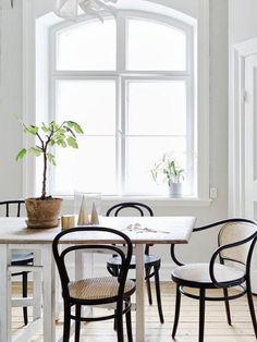 salle à manger scandinave, chaises bistrot et table rectangulaire