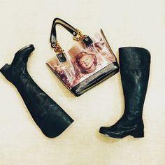 Uma bota quase #OverTheKnee e uma bolsa da #MarlynMonroe ! Bota...