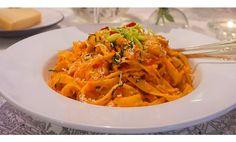 Denna pasta är en stor favorit hemma hos oss. Ljuvlig sås med röda paprikor, vitlök och chili är helt klart ett vinnande koncept. Välj själv hur het du v