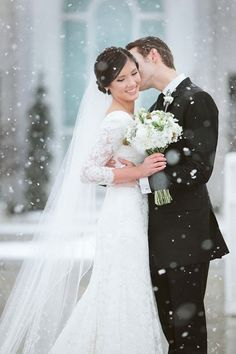 The snow creates such a magical elegance in the photo of this gorgeous couple  #winter #wedding #photography