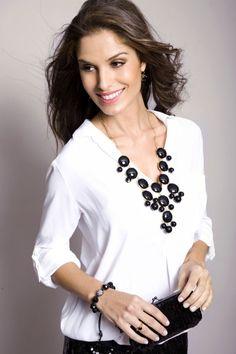 A camisa branca básica pode ficar muito mais elegante com o belo Maxicolar de Pedra Bolas.