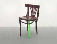"""DESIGN D'OBJET 5.5designers reanim -chaise """"soignée"""" avec béquille 2004. Récupération de meubles abîmés, ensuite restaurés par des greffes. Les contrastes de matières et l'aspect  moderne/traditionnel sont intéressants => ajout, emboîtement, encastrement, complémentarité"""