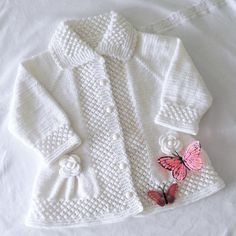 No photo description available. Baby Shawl, Crochet Baby Cardigan, Knit Baby Sweaters, Knitted Baby Clothes, Knitting Baby Girl, Baby Hat Knitting Pattern, Baby Frocks Designs, Baby Girl Patterns, Sweater Design