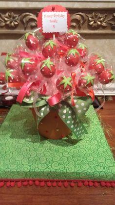 A sweet bouquet of strawberry shortcake cake pops. Strawberry Cake Pops, Strawberry Shortcake Birthday, Strawberry Shortcake Centerpieces, Strawberry Ideas, Oyin Handmade, Handmade Pottery, Handmade Rugs, Handmade Crafts, Handmade Jewelry