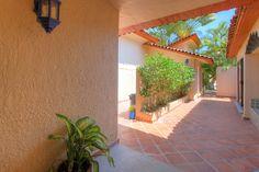 Pasillo de Acceso - Villa en venta en Acapulco, junto al Fairmont Acapulco Princess - Más información aquí: http://pueblaresidencial.com/listing/villa-2-niveles-acapulco-casas-en-venta-en-acapulco/
