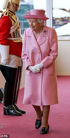 Queen looks delighted as she arrives at the Royal Windsor Horse Show | Daily Mail Online Royal Life, Royal House, Green Cardigan, Green Shirt, Queen Watch, Royal Monarchy, Lady Louise Windsor, Prince, Navy Hats