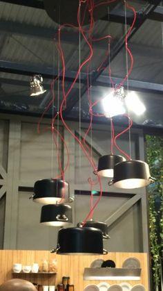 """Reciclar para iluminar. Unas cacerolas con bombillas de casquillo tradicional, pero con bombillas LED, colgadas con un alambre y cable de color suelto. Que os parece la idea?. En nuestra reforma podemos prever el punto e interruptor graduable. Foto tomada de """"SalonedelMobile.Milano"""""""