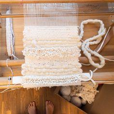 ... wieder am Webstuhl. Es entstehen beige Wandteppich 🙌😊🌧 #barfuss #weben #handgemacht #etsy #inthemaking #inthismoment #inthemoment Bath Mat, In This Moment, Rugs, Etsy, Home Decor, Woven Chair, Loom, Wall Rugs, Weaving