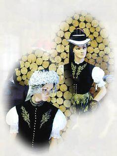 Schwarzwälder Trachten  im Schwarzwälder Trachtenmuseum Haslach  Trachten aus dem Glottertal: Mädchenkranz (unten) und weiß gekalkter Strohh... #Elztal