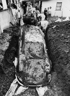 In 1978, children who were playfully digging in the garden of a house in LA, stumbled on a green Ferrari Dino 246 GTS.