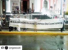 #Repost @jorgesouki with @repostapp  #SalimosDelGuaireLimpiosDeConciencia  Artistas protestan en la inauguración del Festival de Teatro @LaVentana_Vzla @accionlibertad @rodamientoswbc