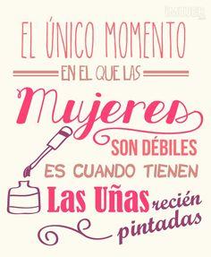 """""""El único momento en el que las mujeres son débiles es cuando tienen las uñas recién pintadas."""" #mujer #frases #lifestyle"""