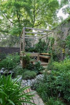 A+raised+decking+area+in+a+garden+in+Islington