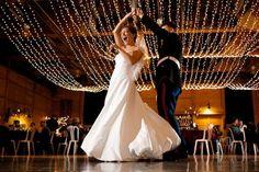 A iluminação feita por cordões de luzinhas fica lindíssima e deixa seu casamento com cara de filme!
