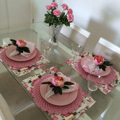 The floral mats add a spring touch. Crochet Quilt, Table Set Up, Napkin Folding, Elegant Table, Decoration Table, Tea Party, Diy And Crafts, Table Settings, Shabby Chic