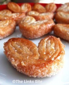 This is a very easy 3 ingredient recipe that makes a wonderful sweet pastry trea. This is a very easy 3 ingredient recipe that makes a wonderful sweet pastry treat that looks very fancy! Puff Pastry Desserts, Köstliche Desserts, Delicious Desserts, Dessert Recipes, Yummy Food, Sweet Puff Pastry Recipes, Easy Pastry Recipes, Choux Pastry, Shortcrust Pastry