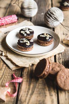 Perníkové kolieska s nugátovým krémom - The Story of a Cake Christmas Sweets, Nutella, Tea Lights, December, Place Card Holders, Candles, Cake, Foods, Food Food