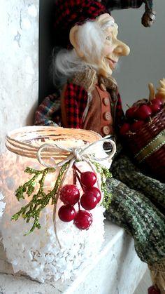 Porta - velas natalino feito com bandeja de isopor! http://lardecoramado.blogspot.com.br/2015/11/reciclando-vidrinhos-no-natal.html