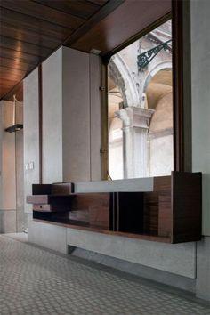Il mobile portapieghevoli © ORCH_chemollo (divieto di riproduzione). Negozio Olivetti bene in concessione al FAI – Fondo Ambiente Italiano dal 2011