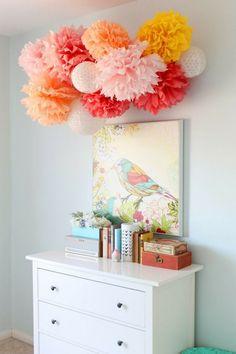 schöne Pompons in angenehmen Korall-Farben und Bild mit Vogel
