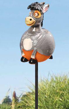 """Wetterfeste Keramik Stele """"Esel"""", grau glasiert, mit Eisenstange - Dieser lustige Esel ist eine interessante Attraktion für #Vorgarten, #Terrasse oder Balkon. Ihre Besucher werden staunen. Grau glasiert mit schwarzer Mähne und Hufen."""