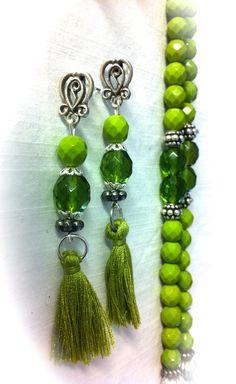 Pendientes con cristales facetados, piezas metálicas y pompones de algodón verde: 6,50€