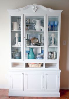 Hutch transformation (almost finished) from Remodelaholic. I really liked this and it brings some inspiration for arranging dishes in my china cabinet. Hutch Makeover, Furniture Makeover, Hutch Redo, Dresser Makeovers, Vaisseliers Vintage, White Hutch, China Cabinet Display, Hutch Display, White Furniture