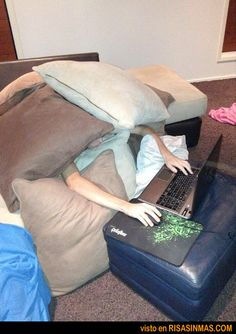 Plan de sofa, mantita y portátil... que se va de las manos.