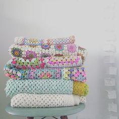 Very Important Chair : la chaise sur laquelle on range les nombreuses blankets que j'ai crochetées :) J'aime cette pile colorée, les belles laines, les dizaines (centaines ?) d'heures de travail, la douceur. Je vous souhaite un excellent réveillon de Noël avec ceux que vous aimez ❤ A bientôt ❤️ #crochet #blanket #grannysquare