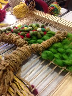 telares decorativos de arboles - Buscar con Google Weaving Wall Hanging, Weaving Art, Loom Weaving, Tapestry Weaving, Sisal, Art Textile, Weaving Projects, Macrame Tutorial, Weaving Techniques
