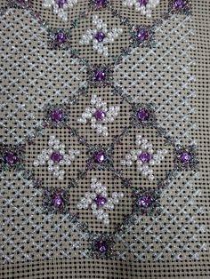 Περλες και γεωμετρια.Δια χειρός Ζωής. Απο το Μαντουδι.Οι περλιτσες γι αυτο το κεντημα ειναι με το κιλο.Παιρνετε οσο χρειαζεστε.Ενα σακουλακι εχει 1500 περλιτσες περιπου και στοιχιζει 5.50 ευρω. Beaded Embroidery, Cross Stitch Embroidery, Embroidery Designs, Needlepoint Stitches, Needlework, Stitch Design, Loom Knitting, Beading Patterns, Handicraft