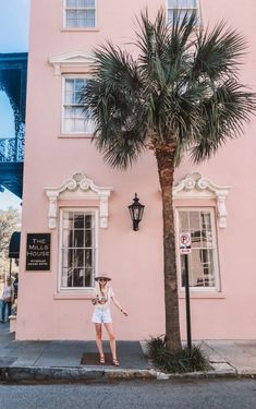 The Complete Travel Guide to Charleston, South Carolina – Shelby Jolly Isle Of Palms South Carolina, South Carolina Vacation, Charleston South Carolina, Charleston Sc, Rainbow Row Charleston, Folly Beach South Carolina, Beachfront House, Waterfront Restaurant, Fotografia