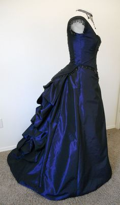 Victorian Gothic Bustled Prom dress ball gown by britishsteampunk Old Dresses, Pretty Dresses, Vintage Dresses, Vintage Outfits, Prom Dresses, Evening Dresses, Victorian Fashion, Victorian Gothic, Bustle Dress