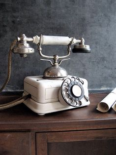 54 Must To Collect Vintage Phones To Add Retro Beauty To Your Interiors Vintage Soul, Look Vintage, French Vintage, Retro Vintage, Vintage Items, Vintage Jewelry, Vintage Makeup, Antique Phone, Radio Antigua