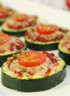 Zucchini-Pizza-Happen von koch-kinoDE There is no need to force your wa. - Zucchini-Pizza-Happen von koch-kinoDE There is no need to force your wallet to make a diet - Zucchini Pizza Happen, Zucchini Pizza Bites, Tapas, Healthy Snacks, Healthy Recipes, Keto Snacks, Snacks Für Party, Finger Foods, Appetizer Recipes