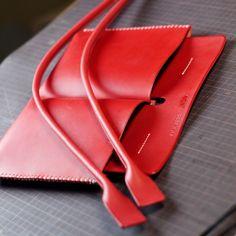 今日は完成を目指してKさんのトートバッグ弐型制作を続けます。側面の二重ステッチの続きから、マチを手縫いしていきます。 マチのコバ(革の断面)磨きをします。まずはいつものヘリ落としで角を落とし、やすりで滑らかに均していきます。