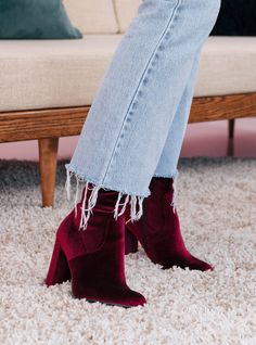 Our R29 editor shares need-to-know stylin' tips for wearing velvet. (Paid for by ebay)