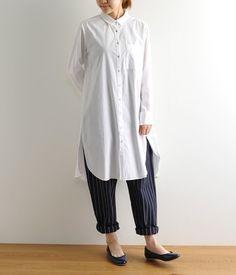 ほどよいハリのある生地の白ロングシャツは、カジュアルにもきれい目にも着こなせる便利アイテム。ボトムスに色や柄を合わせて、コーディネートの幅を楽しめるのも◎