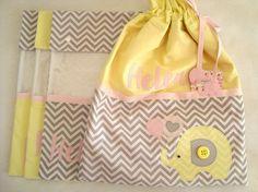 Saquinhos de Roupa são ótimo para organizar as roupinhas do seu bebê para troca.  Esse kit é composto por quatro saquinhos sendo três para roupas limpas com visor frontal e fechamento em botão e um saquinho para roupas sujas com a parte interna de plástico e fechamento em cordão.  Os quatro saqui...