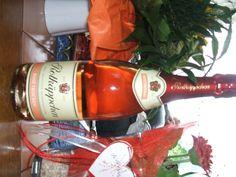 Tisch voller Geburtstagsgeschenke